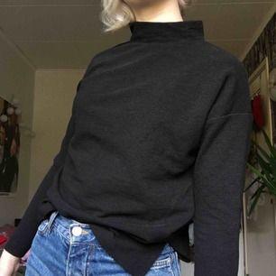 svart politröja, fin att ha under tshirtar eller bara som den är. passar xxs-s beroende på hur man vill att den ska sitta