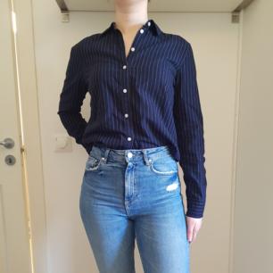 Stilren skjorta i mjukt bomulls material. Nästan oanvänd i stl 36. Marinblå färg med vita linjer.