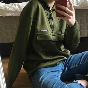 jättefin jacka/hoodie från levi's! färgen stämmer bäst överens med bild 1 och 3. lite nopprig på magen som man ser på bild 3 men inget som man lägger märke till och enkelt att fixa om det skulle vara så :) passar oversized på andra storlekar :)