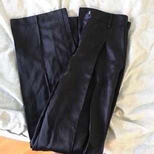 Kostymbyxor från hm i silkesmaterial.  Rak modell.  Köparen står för frakt 🌞