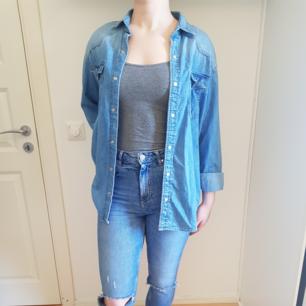 Oversized skjorta i tunt jeans material.  stl 34.
