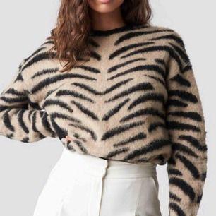 Snyggaste stickade tröjan från NA-KD! Tiger/leomönstrad! Supergosig och knappt använd🥰 storlek XS men passar helt klart S!! köparen står för frakt!! Nypris: 500kr