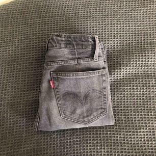 Gråa jätte snygga Levi's jeans med slitningar vid anklarna, Skriv för fler bilder💘