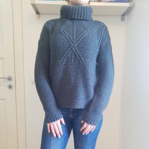 Mysig stickad tröja i färgen mörkgrå/blå. Stl small