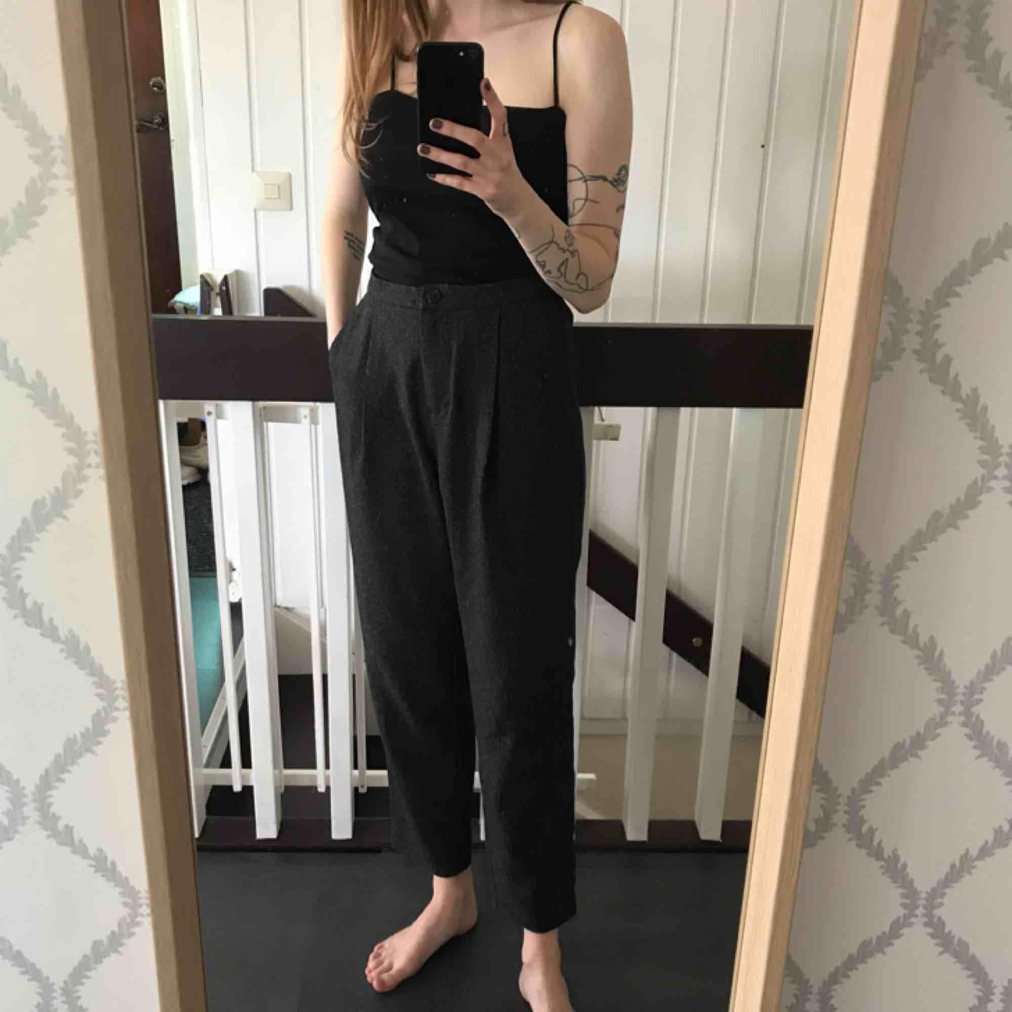 Kostymbyxor från monki, frakt ingår i priset! . Jeans & Byxor.