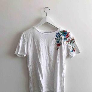 Jättefin T-shirt från zara med snygga broderier! Perfekt till vår/sommar🥰🥰🥰