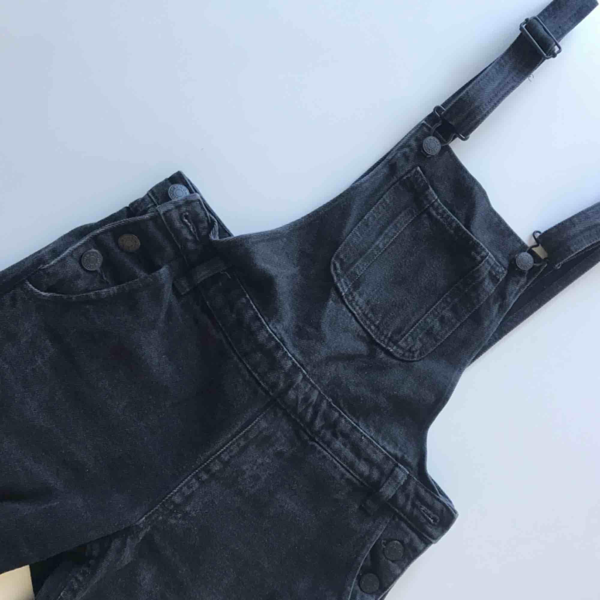 """Hängselbyxor från monki med hål i högra knät och """"avklippta"""" ben. . Jeans & Byxor."""
