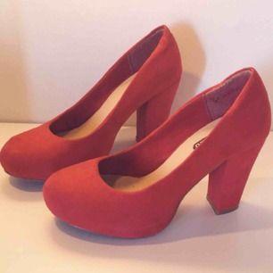 82edc5ab308 Röda pumps från din sko, använd ett fåtal gånger och letar därför ettret  ett kärleksfullt