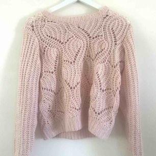 Två fina stickade tröjor i ljus rosa bra material (kliar inte) i två storlekar XS och S pris:  70kr st ( frakt ingår i) 😊