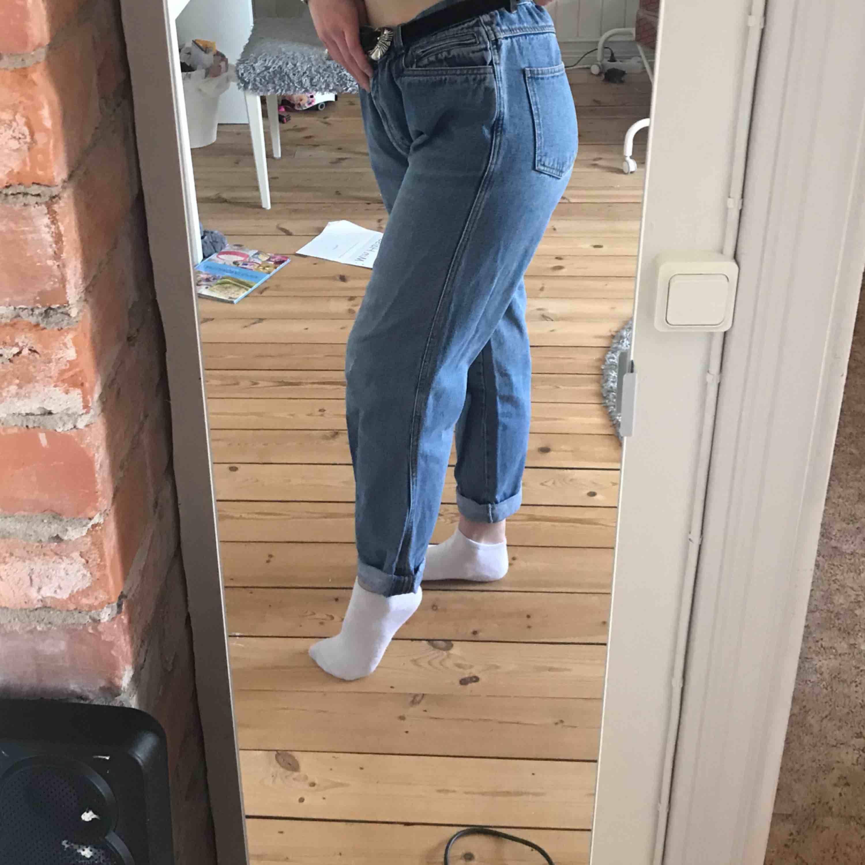 Supersnygga byxor från second-hand. Mom-jeans modell, skitsnygg tvätt. Storlek L. 120kr inkl frakt eller möts upp i Falun💕 Tar betalt via Swish📲. Jeans & Byxor.