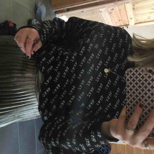 Jättefin tröja från zara. Strl M men själv har jag xs och den passar perfekt. Superskön och snygg.