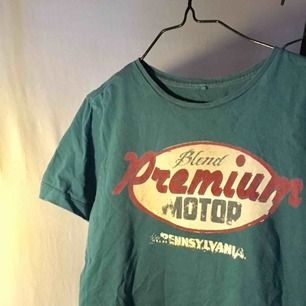 Fett retro mörkgrön T-shirt med texten Blend premium motor Pennsylvania. Säljes för 50kr + 35kr frakt, jag tar swish eller möts upp i gbg❤️