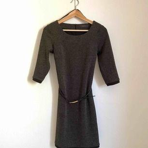 Fin vintage-inspirerad klänning från Esprit. Inköpt för tre år sedan. Aldrig använd. Säljes inkl bälte som hör till klänningen.