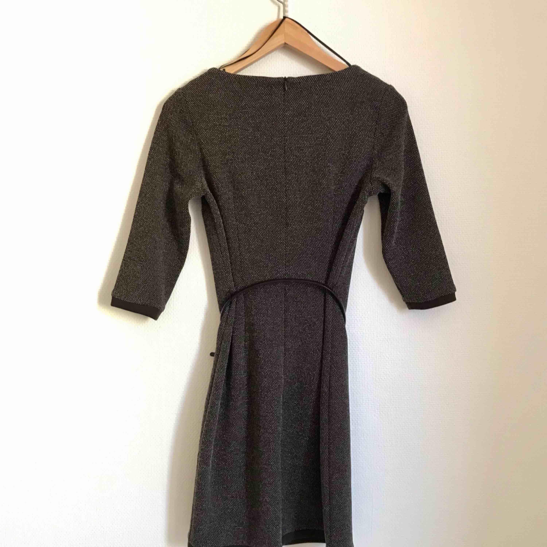 Fin vintage-inspirerad klänning från Esprit. Inköpt för tre år sedan. Aldrig använd. Säljes inkl bälte som hör till klänningen.. Klänningar.