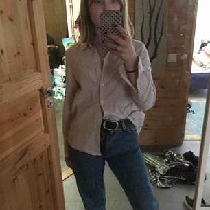 Skjorta i lite tjockare linne-liknande material. Ljusrosa/beige. Använd 1 gång