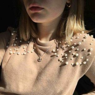 Tröja från Zara med pärlor på. Beige. Bra skick, använd ca 2 gånger.