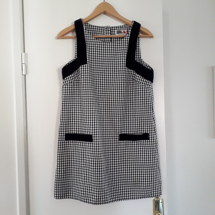 This is a 60's style check dress from River Island, Chelsea Girl. It is bought second hand, in good condition. I'm selling because it's too small for me. I would say it's pretty true to size.. Klänningar.