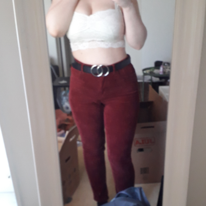 Burgundy corduroy tight leg pants from Monki. Very stretchy and very form fitting. Just let me know if you want more pictures or have any questions :). Jeans & Byxor.