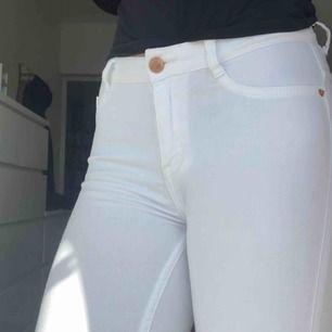 Vita molly jeans från ginatricot som är väldigt sköna men säljer då jag har två par.   Priset kan diskuterad men frakt tillkommer och jag tar swish :)