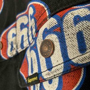 Skitsnygg äkta Supreme 666 denim trucker jacket, knappt använd och då i riktigt bra skick! Säljer pga att den inte används.