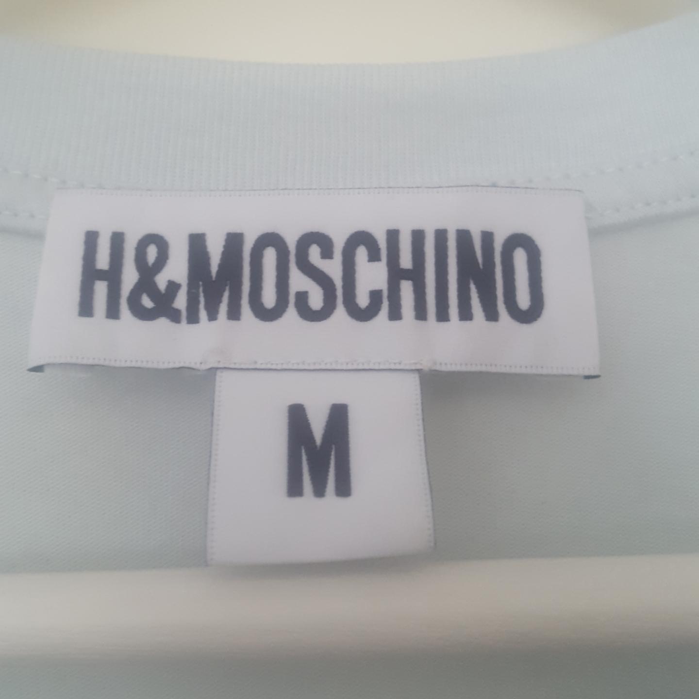 En t-shirt från H&M x Moschino! Frakten ingår :) . T-shirts.