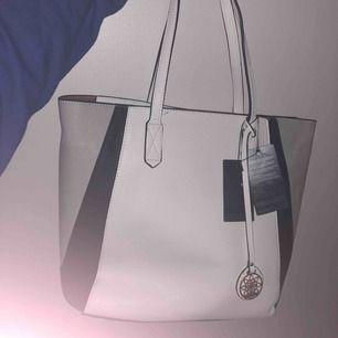 Helt ny väska, väldigt rymlig och den har en innerväska man kan ta ut☺️