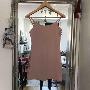 Rosa klänning/långt linne i okänt märke och storlek. Jag tror dock att det är en S. Kort modell. Bilder med den på kan skickas. Bra skick! köparen står för frakt :)