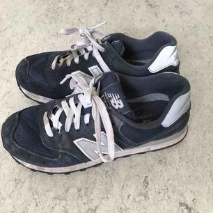 Snygga skor som används för sällan. Modellen är 574. Använda men fortfarande i bra skick. Öppen för förhandling vid snabb affär. Frakt tillkommer om skorna ska skickas.