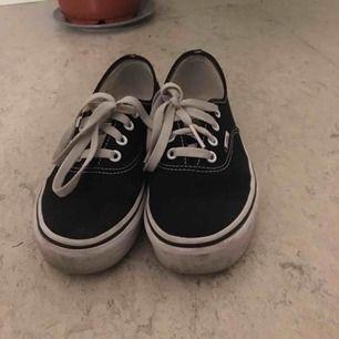 Vans med platå. Skorna är i fint skick men använda. Kan skicka fler bilder på begäran. Frakt tillkommer om skorna ska skickas.