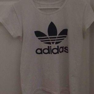 Vit adidas tröja, fick den i present för ett tag sen så vet tyvärr inte om det är äkta, om inte så är den iallafall väldigt lik tycker jag då jag har en annan.  Strl S men passar även M.
