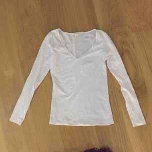 Vit v-ringad långärmad tröja, passar både S och M.