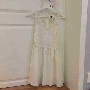 Super fin vit klänning i strl 38. Passar som en S-M.
