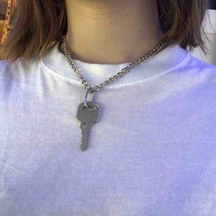Nyckel kedje halsband. Man kan ta av och sätta på nyckeln om man föredrar att ha kedjan. 100kr + frakt 💘