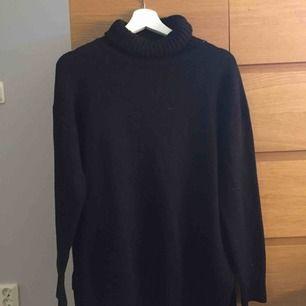 Svart stickad långärmad tröja, stor i storleken så skulle säga att den passar det mesta.