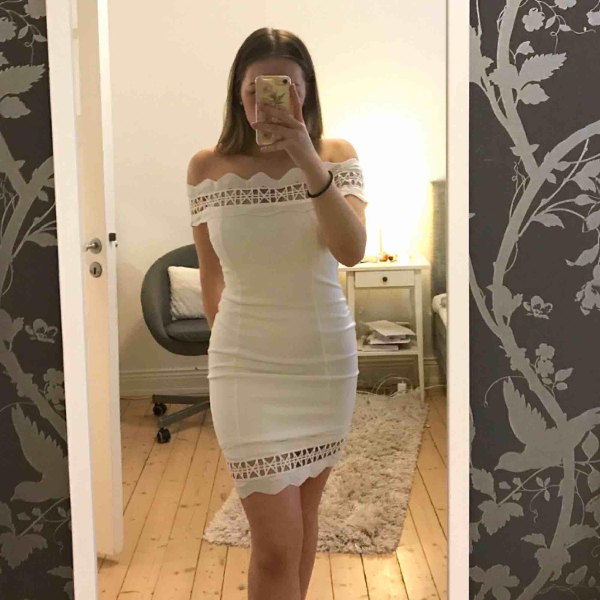Supersnygg vit klänning med spets upptill och nedtill som passar perfekt till skolavslutning/student! Endast använd 1 gång så den är jättefräsch och ser helt oanvänd ut. Tyget är tjockt och har även ett innertyg som gör att den ej är genomskinlig. . Klänningar.