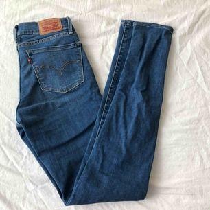 Lågmidjade Levis jeans från Carlings i storleken W25 L32 men passar också mig som kan ha 26 i midjan. 700kr + frakt 💘