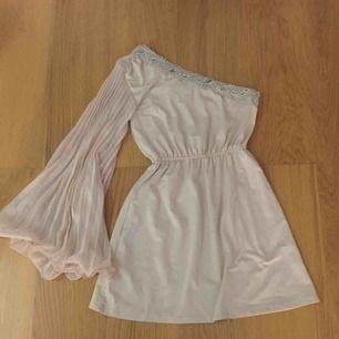 Super fin ljusrosa klänning. Med en ärm och man ser axel på andra sidan. Strl S men passar även M.