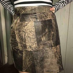 Cool skin kjol, med lapptäcke som mönster. När jag köpte kjolen var dragkedjan sönder, och jag har själv sytt på en ny.