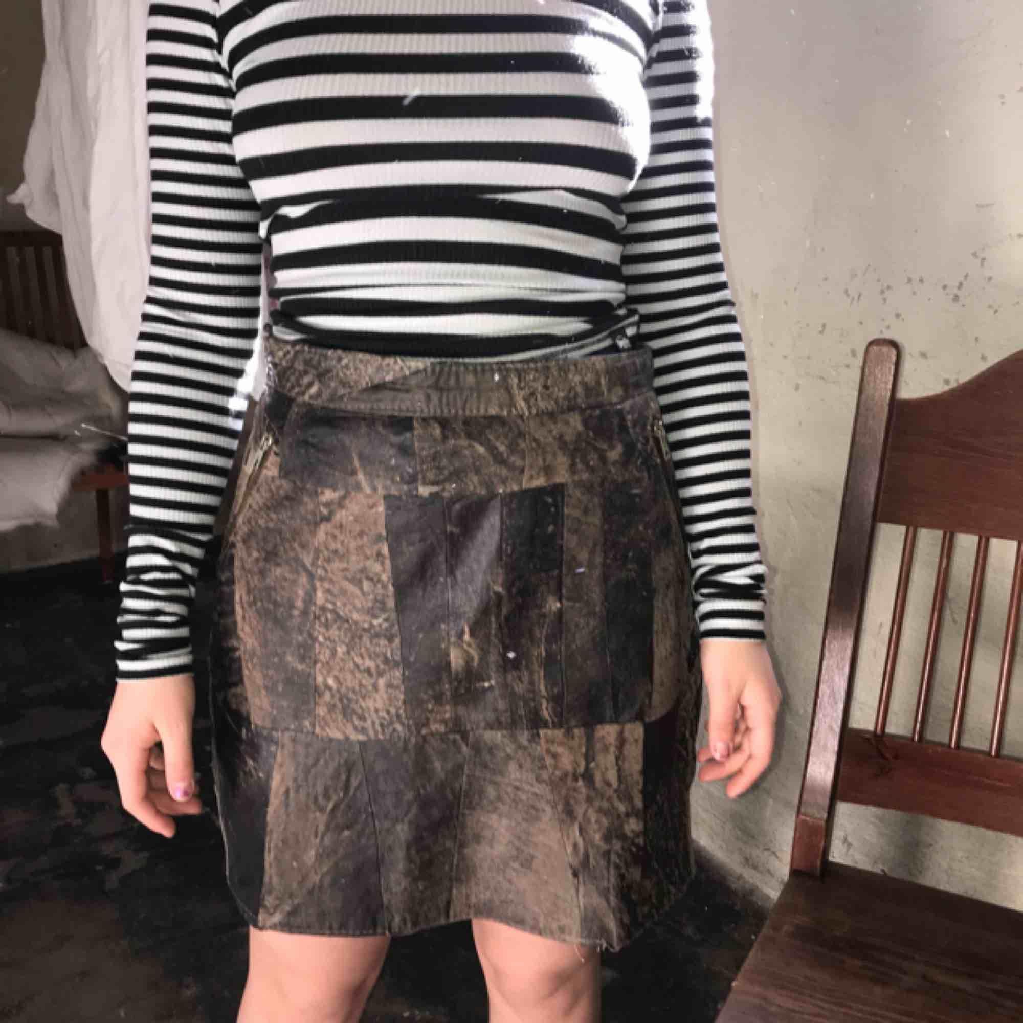 Cool skin kjol, med lapptäcke som mönster. När jag köpte kjolen var dragkedjan sönder, och jag har själv sytt på en ny. . Kjolar.