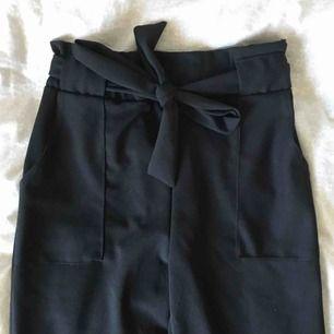 högmidjade svarta kostymbyxor från missäy i storlek xs, dom är ganska långa & är bla längd på mig som är 168, fraktar men köparen får stå för fraktkostnaden, hör gärna av er om ni har frågor eller vill ha fler bilder :)