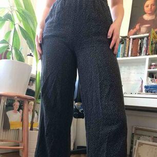 Jätte sköna svart byxor med små vita prickar på. Bara att kontakta mig om mått, de är korta vid längden.