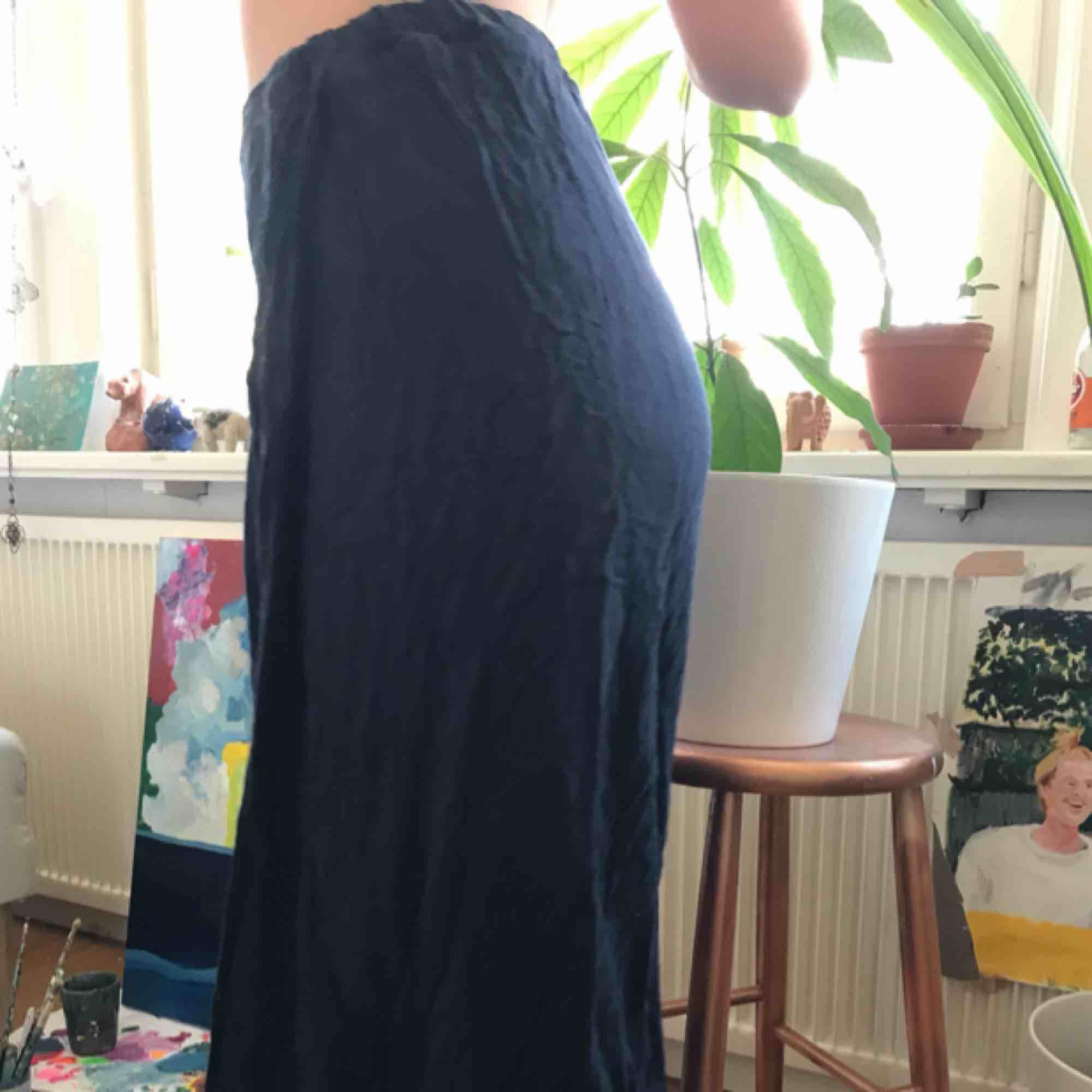 Mörkblåa mjukisbyxor, de är slappa och sköna och har två slitsar vi benen. . Jeans & Byxor.