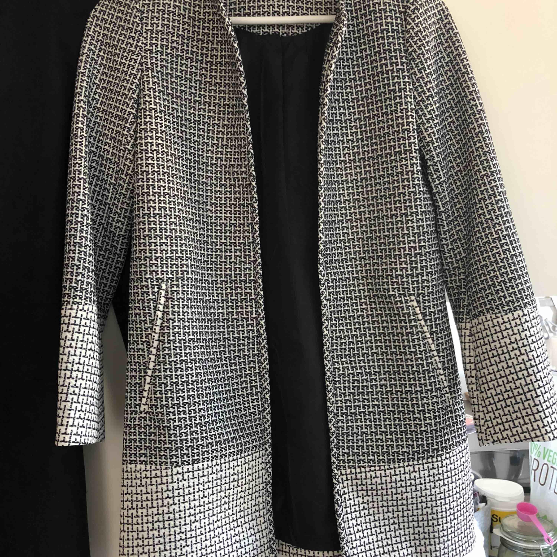 En jätte fin kappa från H&M stl 32 (passar 34). I nyskick.. Jackor.