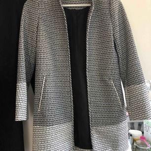 En jätte fin kappa från H&M stl 32 (passar 34). I nyskick.