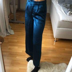 Säljer mina supersnygga byxor från Vero Moda då de tyvärr inte kommer till användning. De är endast använda en kväll och är i mycket bra sick! Fraktar mot betalning och tar betalning via swish.