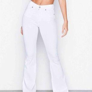 Vita bootcut Macy jeans, super snygga och bekväma. köpte de för ca 2 veckor sedan. De är använda ett fåtal ggr men vill sälja de då dem är lite för korta gör mig 😊 är 168cm  De är köpta på Nelly för 499kr
