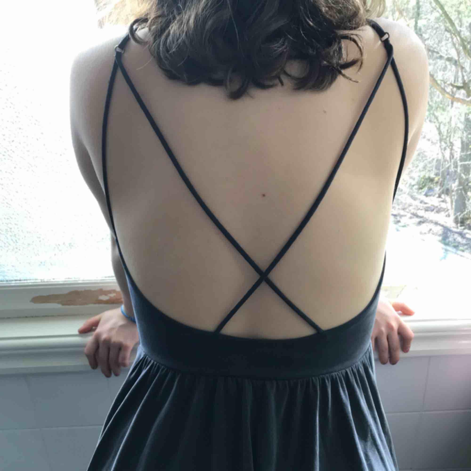 Jätte fin byxdress som ser ut som en kort klänning. Den är i siden och är väldigt mjuk.. Klänningar.