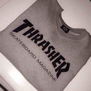 Sweatshirt från Thrasher i fint skick. Självklart äkta! Passar S-M. Köparen står för frakten, betalning via swish🌸
