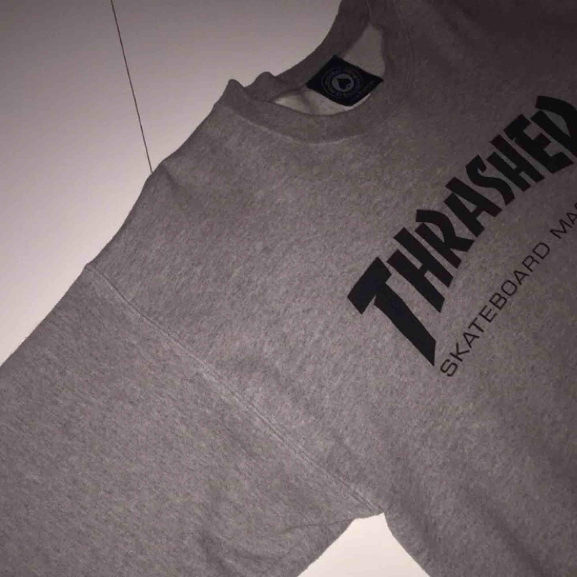 Sweatshirt från Thrasher i fint skick. Självklart äkta! Passar S-M. Köparen står för frakten, betalning via swish🌸 . Huvtröjor & Träningströjor.