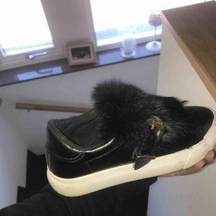 Ett par skor , vet inte exakt va butiken heter. Frakten står köparen för.